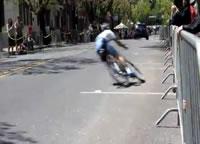 自転車レースで激しくフェンスに激突