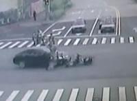 信号無視するバイクに車が突っ込む