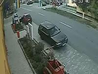 路肩に止まっている車に激しく突っ込むバイク