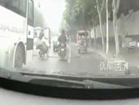 道路に垂れ下がるケーブルに引っ掛かって転倒するバイク