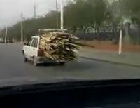 かなりの量の材木を積んで走る車