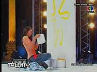 オーディションで上半身裸で絵を描く女性