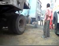 インド トラックのエンジンをかける