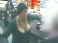 巨乳な女性が強盗