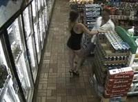スーパー店内で女性の股に顔を押しつける男