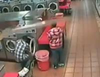 コインランドリーの洗濯機に子供を入れたら自動ロックがかかり回転