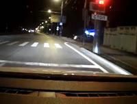 信号無視するバイクが車に激突