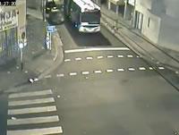 交差点でバスと軽トラ衝突事故