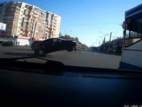 交差点で垂れ下がった電線に引っ掛かる車