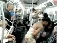 泥酔女性が地下鉄の車内でおしっこ