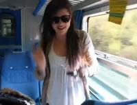 電車の窓から顔を出すのは危険