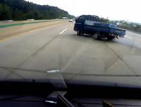 高速でトラック横転事故