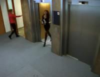 Vエレベーターの床が崩れるドッキリ