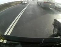 乗用車とトラックの衝突事故