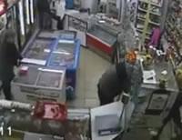 店員を殴った客が他の客に殴られてノックアウト
