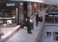 ショッピングモールで貴金属強盗