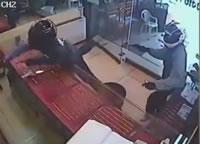 貴金属店で強盗と店主の銃撃戦