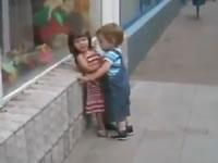キスをせがむ男の子と嫌がる女の子