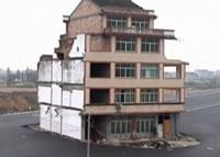中国 立ち退きを拒否した家を残して道路ができちゃった