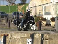 バランス崩して海に落ちるバイク