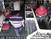 ブラジル 時計店店主が強盗から銃を奪い取り反撃に
