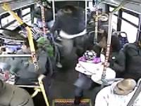 バスの車内で女性をフルボッコ
