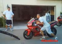 荷台にバイクを乗せようとして失敗映像集