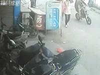 バイク転倒しても誰もが素通り