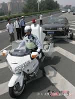 中国 白バイで車を牽引