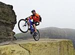 自転車で崖っぷちに挑戦する男達