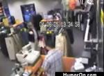 店主と強盗の銃撃戦