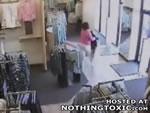 防犯カメラに映る洋服泥棒