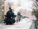 道路の真ん中を走る機関車